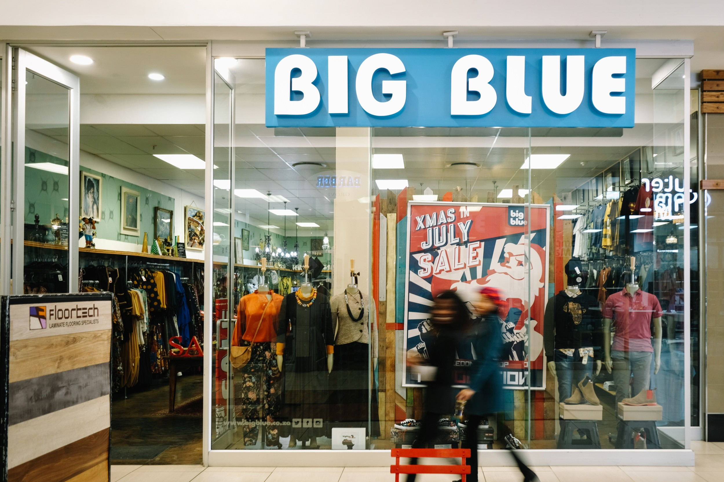 Big-Blue-at-The-Grove-Mall