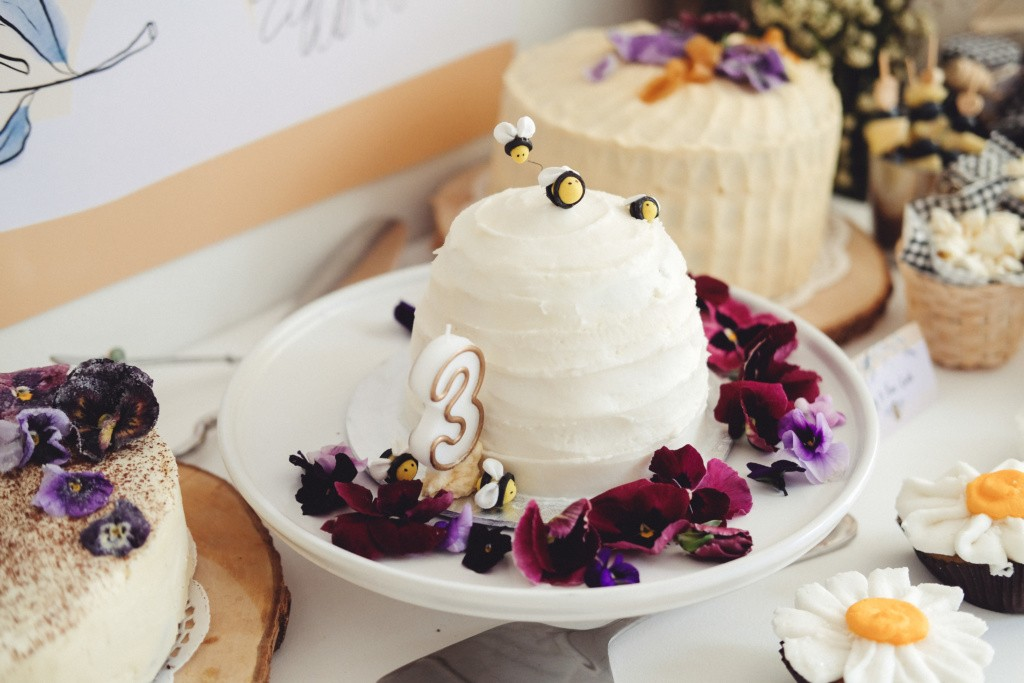 bee themed birthday party inspiration37
